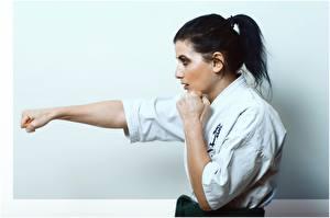 Fotos die Faust Seitlich Schlagen Schlag Junge frau Karate Mädchens