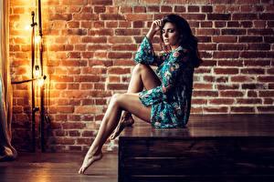 Hintergrundbilder Bein Schön Sitzt Pose Brünette  Mädchens