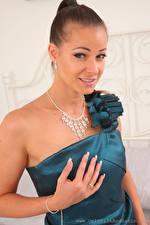 Fotos Melisa Mendiny Schmuck Braune Haare Starren Kleid Hand junge frau