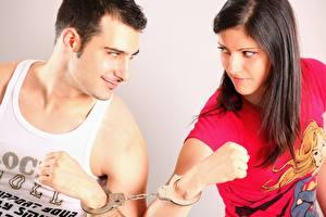 Bilder Mann 2 Unterhemd Hand Handschellen Starren Braune Haare junge frau