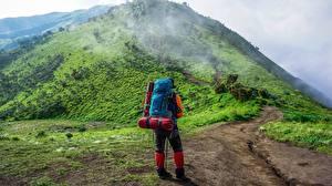 Papel de Parede Desktop Montanha Trilha Viajante De volta Mochila Nevoeiro Naturaleza