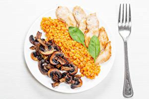 Hintergrundbilder Pilze Hühnerfleisch Brei Weißer hintergrund Teller Gabel Getreide das Essen