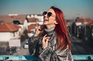Bilder Rotschopf Brille Lacht Hand Unscharfer Hintergrund junge frau