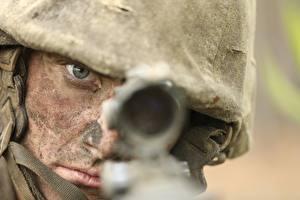 Desktop hintergrundbilder Soldat Militär Schutzhelm Starren Zielfernrohr Militär