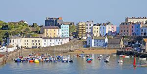 Desktop hintergrundbilder Vereinigtes Königreich Gebäude Schiffsanleger Küste Motorboot Bucht Tenby Wales Städte