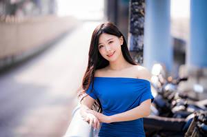 Fotos Asiaten Unscharfer Hintergrund Kleid Starren junge frau