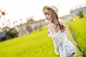 Hintergrundbilder Asiaten Unscharfer Hintergrund Posiert Shorts Der Hut junge frau