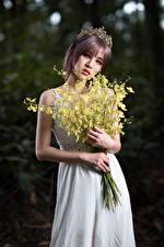 Fotos Asiaten Blumensträuße Krone Kleid Hand Starren junge frau