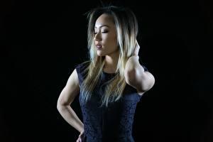 Hintergrundbilder Asiaten Kleid Hand Schwarzer Hintergrund junge frau