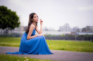 Hintergrundbilder Asiatische Sitzt Kleid Unscharfer Hintergrund Mädchens