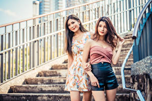 Fotos Asiatische Treppe Zwei Unscharfer Hintergrund junge Frauen
