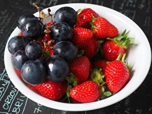 Pictures Berry Strawberry Grapes Plate Food