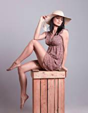 Bilder Brünette Kleid Hübscher Bein Pose Sitzt Der Hut Mädchens