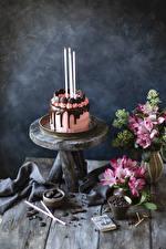Fotos Torte Kerzen Schokolade Stillleben Inkalilien Bretter Design Lebensmittel Blumen