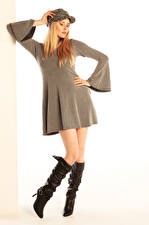 Bilder Carla Monaco Blond Mädchen Posiert Kleid Stiefel Baseballmütze Mädchens