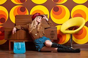 Fotos Carla Monaco Handtasche Blond Mädchen Sitzt Bein Stiefel Rock Bluse junge frau