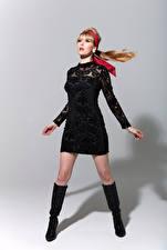 Fotos Carla Monaco Posiert Kleid Bein Stiefel junge Frauen