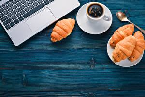 Bakgrunnsbilder Kaffe Croissant Tastatur Tekopp Skje Bærbar datamaskin Treplanker Gratulasjonskort Mal Mat