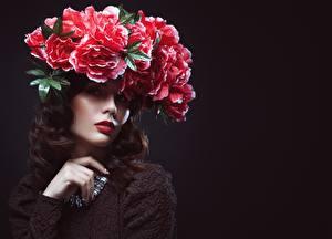 Papel de Parede Desktop Criativas Modelo Cabelo castanho Maquilhagem Grinalda jovem mulher Flores