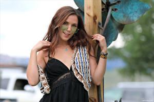 Hintergrundbilder Elena Generi Unscharfer Hintergrund Kleid Hand Brille Braune Haare Starren junge frau