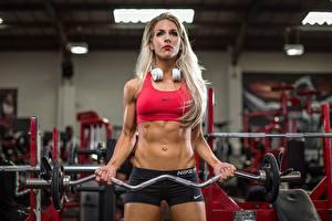 Bilder Fitness Blondine Hantelstange Fitnessstudio Kopfhörer Körperliche Aktivität Bauch sportliches Mädchens