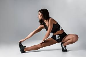 Fotos Fitness Brünette Bein Dehnübung Mädchens