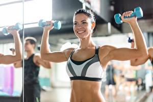 Hintergrundbilder Fitness Hanteln Körperliche Aktivität Lächeln Fitnessstudio Hand Muskeln sportliches Mädchens