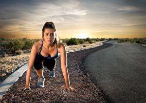 Bilder Fitness Straße Posiert Starren Laufsport Start sportliches Mädchens