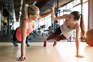 Bilder Fitness Zwei Körperliche Aktivität Lächeln Hand Sport Mädchens