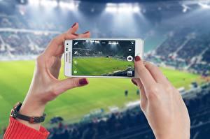 Bilder Fußball Stadion Hand Maniküre Smartphones sportliches