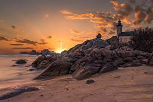 Hintergrundbilder Frankreich Küste Sonnenaufgänge und Sonnenuntergänge Steine Himmel Leuchtturm Bretagne, Pontusval lighthouse Natur