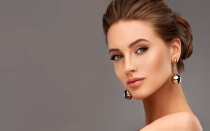 Hintergrundbilder Grauer Hintergrund Braune Haare Gesicht Starren Ohrring Model Mädchens