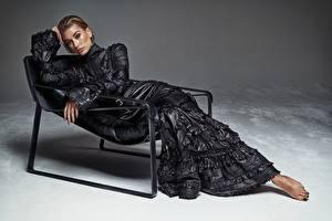 Bilder Sessel Kleid Pose Blick Hailey Baldwin Mädchens