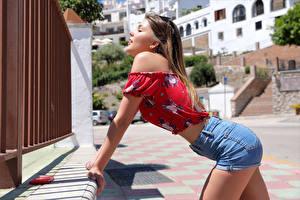 Fotos Posiert Shorts Bluse Hübscher Kaitlin Mädchens