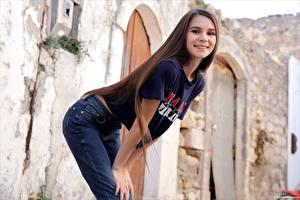 Hintergrundbilder Posiert Braune Haare Jeans T-Shirt Lächeln Süße Leona Mia junge frau