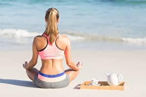 Fotos Morgen Yoga Strände Sand Sitzen Pose Rücken Hinten junge frau