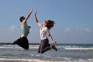 Bureaubladachtergronden De zee Een man Twee 2 Springend Bril jonge vrouw