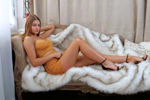 Bilder Sofa Hinlegen Bein Schön Starren Sophie junge frau