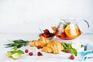Fotos Tee Croissant Apfelsine Limette Stillleben Wasserkessel