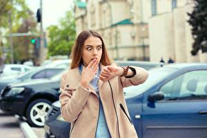 Papel de Parede Desktop Relógio de pulso Castanhos Sobretudo Ver Surpresas Mão Medo moça