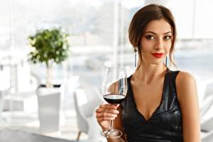 Fotos Wein Braunhaarige Starren Kleid Weinglas Mädchens