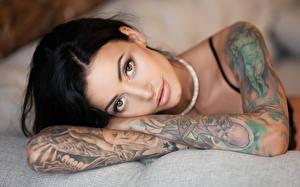 Fotos Brünette Hand Blick Tätowierung Gesicht Anya Sugar Mädchens