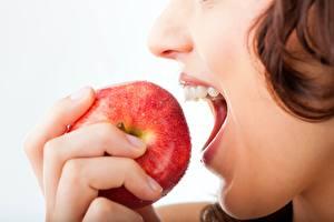 Bilder Äpfel Obst Finger Zähne junge frau Lebensmittel