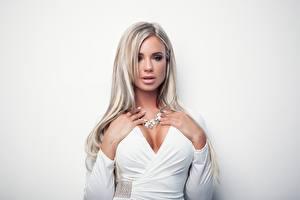 Fotos Ashley Bulgari Blondine Kleid Weiß Hand Dekolleté Starren Grauer Hintergrund junge Frauen