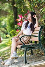 Hintergrundbilder Asiaten Bank (Möbel) Sitzt Bein Rock T-Shirt Unscharfer Hintergrund junge frau