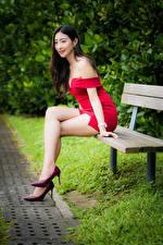 Bilder Asiaten Bank (Möbel) Sitzt Bein High Heels Rot Kleid Lächeln junge frau
