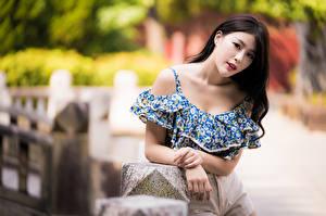Fotos Asiatisches Unscharfer Hintergrund Hand Blick Brünette junge frau