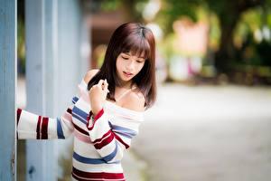 Bilder Asiaten Braune Haare Hand Unscharfer Hintergrund junge frau