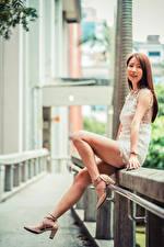 Fotos Asiatische Braune Haare Bein Stöckelschuh Kleid Starren junge Frauen