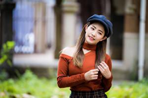 Bilder Asiaten Hand Sweatshirt Haar Barett Unscharfer Hintergrund junge frau